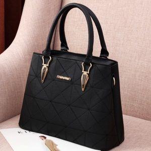 Handbags - 💥NEW💥Black Vegan Leather Shoulder Bag